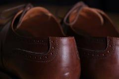 Detalle trasero de la visión de un par de zapatos de cuero marrones clásicos de la abarca con los cordones Fotografía de archivo