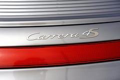 Detalle trasero en el logotipo de Carrera 4s de un coche de deportes Porsche gris o fotos de archivo