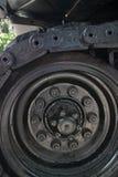Detalle vertical del CU del rodillo y de la pisada parcial en el tanque de Ejército de los EE. UU. capturado en la exhibición en  Fotografía de archivo libre de regalías