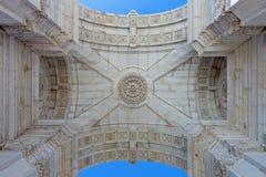 Detalle visto de debajo el arco triunfal icónico en cuadrado del comercio Foto de archivo libre de regalías
