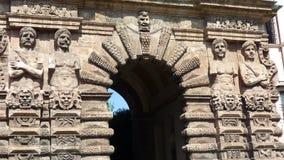 Detalle y extremidad de la puerta Nova con las estatuas de los hombres de los asiáticos en Palermo Sicilia Italia imagen de archivo libre de regalías