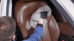 Detalle y limpieza de asientos delanteros interiores en los coches modernos de lujo Concepto del mantenimiento del coche almacen de video