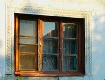 Detalle y rosa viejos de la ventana foto de archivo libre de regalías