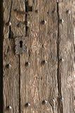 Detalle y textura en una puerta vieja a una catedral/a una iglesia en España imagenes de archivo