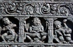 Detalles arquitectónicos de las tallas de piedra en templo hindú antiguo Foto de archivo