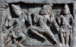 Detalles arquitectónicos de las tallas de piedra en templo hindú antiguo Imagenes de archivo