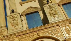 Detalles arquitectónicos de una reproducción del edificio del viejo y antiguo tipo de los palacios de construcción Fotos de archivo