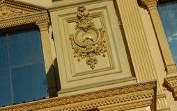 Detalles arquitectónicos de una reproducción del edificio del viejo y antiguo tipo de los palacios de construcción Foto de archivo libre de regalías