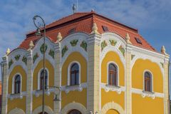 Detalles arquitectónicos en un edificio histórico en Salonta, Rumania fotos de archivo