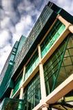 Detalles arquitectónicos modernos en la galería en el puerto interno fotos de archivo
