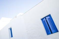 Detalles azules de las ventanas en la isla de Serifos, Grecia imágenes de archivo libres de regalías