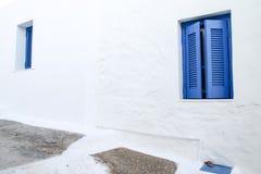 Detalles azules de las ventanas en la isla de Serifos, Grecia imagen de archivo libre de regalías