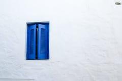 Detalles azules de las ventanas en la isla de Serifos, Grecia fotos de archivo libres de regalías