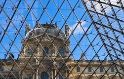 Detalles clásicos de la fachada del Louvre París Francia a través del vidrio de la pirámide imagen de archivo