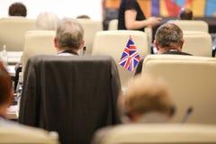 Detalles con la bandera del Reino Unido durante una conferencia de los funcionarios de la uni?n europea imagen de archivo
