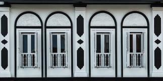 Detalles constructivos antiguos de la fachada del color blanco viejos fotos de archivo libres de regalías