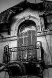 Detalles de Architeture de abandonado cientos años de la casa, balcon Fotos de archivo libres de regalías