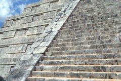 Detalles de El Castillo primer a una pirámide mexicana Templo de Kukulcan en Chichen Itza, México Imágenes de archivo libres de regalías