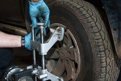 Detalles de la alineación de rueda de coche imágenes de archivo libres de regalías