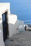 Detalles de la arquitectura con una opinión del mar en Santorini, Grecia Fotos de archivo