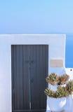 Detalles de la arquitectura con una opinión del mar en Santorini, Grecia Foto de archivo
