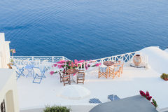 Detalles de la arquitectura con una opinión del mar en Santorini, Grecia Imágenes de archivo libres de regalías