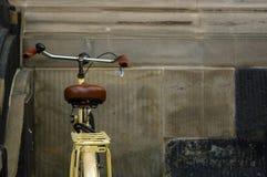 Detalles de la bicicleta amarilla vieja asiento de cuero con los amortiguadores de choque Imagen de archivo libre de regalías