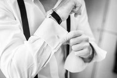 Detalles de la boda Accesorios del hombre Novio que consigue listo Fotos de archivo