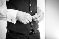 Detalles de la boda Accesorios del hombre Novio que consigue listo Imagenes de archivo