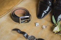 Detalles de la boda Accesorios del novio Zapatos, mancuernas, correa, reloj, boutonniere Imagen de archivo