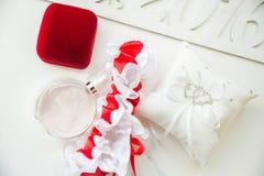 Detalles de la boda Accesorios nupciales perfume, joyería y anillos Fotos de archivo