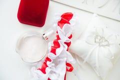 Detalles de la boda Accesorios nupciales perfume, joyería y anillos Imágenes de archivo libres de regalías