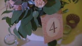 Detalles de la boda Decoración hermosa de las flores Composición floral Velas en la tabla adornada almacen de video