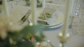 Detalles de la boda Decration hermoso de las flores Composición floral Velas en la tabla adornada almacen de video