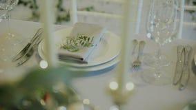 Detalles de la boda Decration hermoso de las flores Composición floral Velas en la tabla adornada metrajes