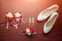 Detalles de la boda Ramo y accesorios de la novia y del novio Fotografía de archivo