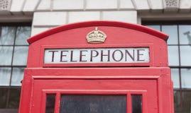 Detalles de la cabina roja del teléfono en la ciudad de Londres Foto de archivo