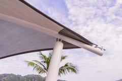 Detalles de la construcción: Esquina de la lona del tejado con la estructura de acero Imágenes de archivo libres de regalías