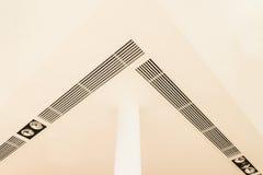 Detalles de la construcción: pilar redondo, accesorios de iluminación, parrilla de aire Fotografía de archivo