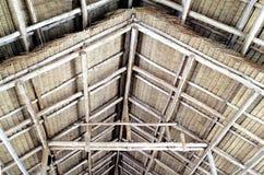 Detalles de la estructura de tejado de madera cubierta con paja de aguilón fotografía de archivo libre de regalías