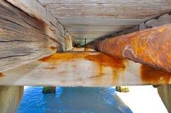Detalles de la estructura del embarcadero: Perspectiva del haz y del tubo Fotografía de archivo libre de regalías