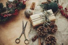 Detalles de la guirnalda rústica de la Navidad Ramas del abeto con el berrie rojo foto de archivo