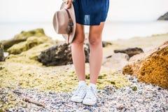 Detalles de la mujer joven con el sombrero marrón al aire libre divertirse en el mar Fotos de archivo