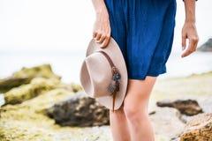 Detalles de la mujer joven con el sombrero marrón al aire libre divertirse en el mar Imagen de archivo libre de regalías