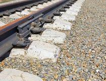 Detalles de la pista ferroviaria en un montón de la grava Imagen de archivo libre de regalías