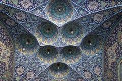 Detalles de las decoraciones de la mezquita persa iraní magnífica Fatima Masumeh Shrine en azul fotos de archivo libres de regalías