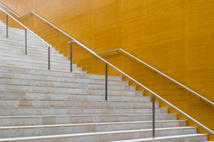 Detalles de las escaleras de la verja y del mármol del metal del edificio moderno Fotografía de archivo libre de regalías