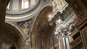 Detalles de las paredes y de la bóveda del maggiore de Santa María de la basílica, Roma metrajes