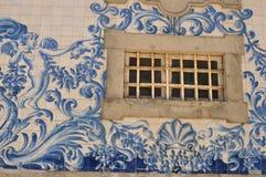 Detalles de las ventanas de Oporto foto de archivo
