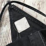 Detalles de los guardapolvos del dril de algodón en un fondo de madera fotos de archivo libres de regalías